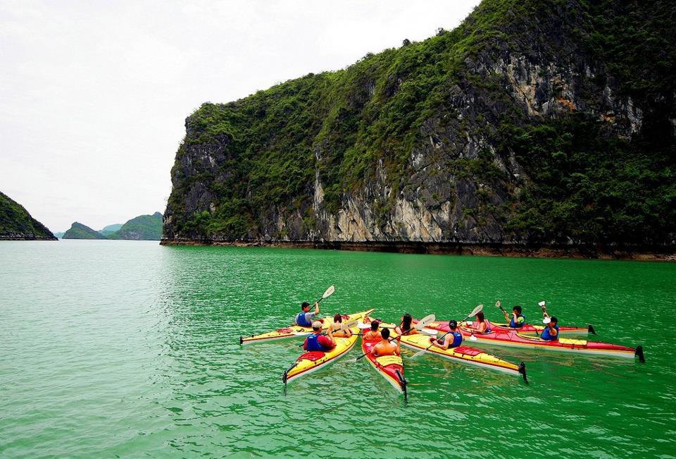 Trải nghiệm chèo thuyền kayak trên vịnh Hạ Long