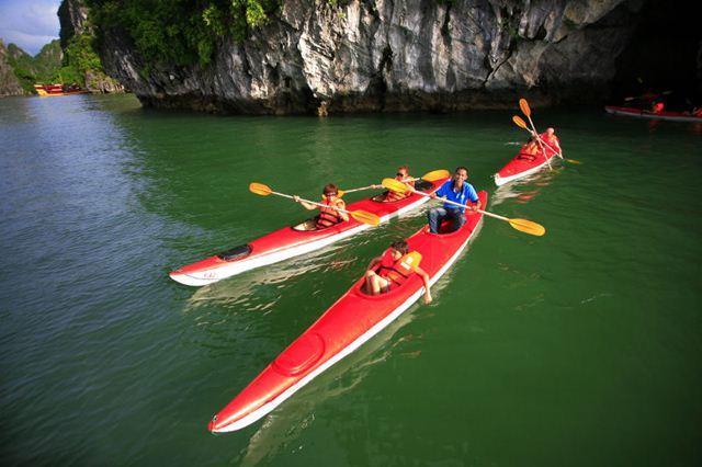 Trọn vẹn một ngày vui với tour chèo thuyền Kayak vịnh Lan Hạ