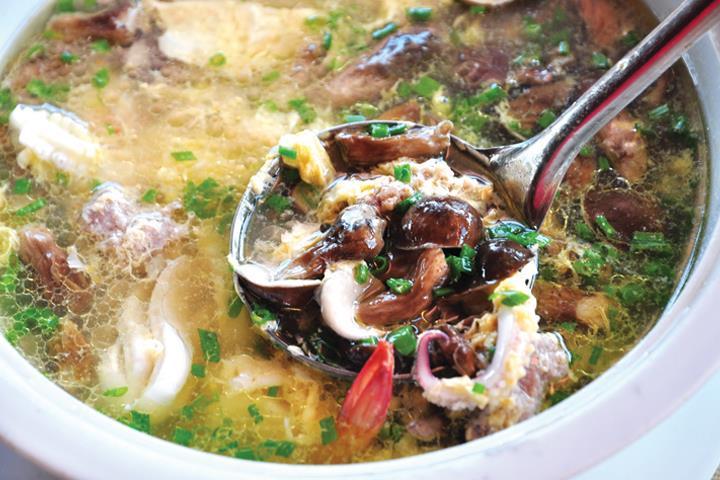 Canh nấm tràm hải sản – Món ngon lạ miệng ở Phú Quốc